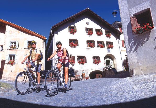 Fietsen door kleine dorpjes in Graubuenden, Zwitserland