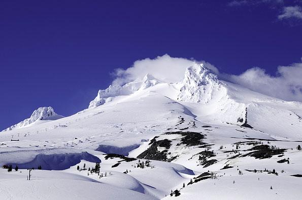 Mount Hood in Oregon bedekt onder een dikke laag sneeuw