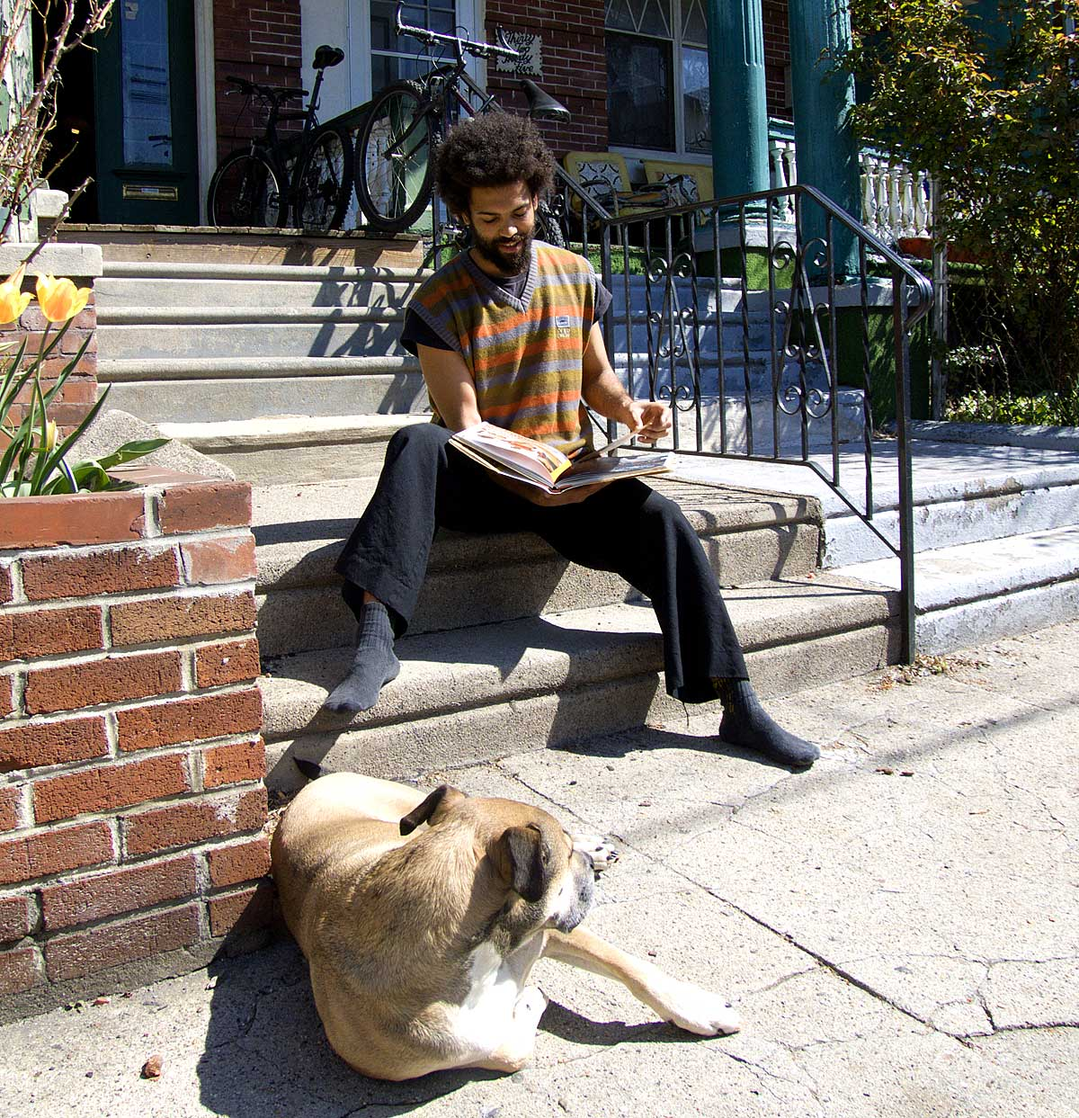 Een van de artiesten bladert voor zijn huis in een boek over het project