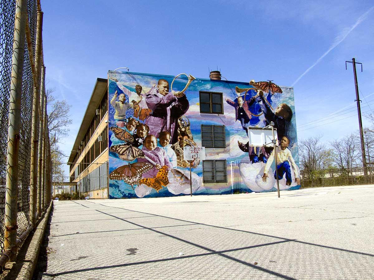 Een mural bij een basketbalveldje in Philadelphia