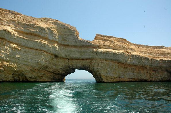 Rotsformaties voor de kust van Muscat in Oman