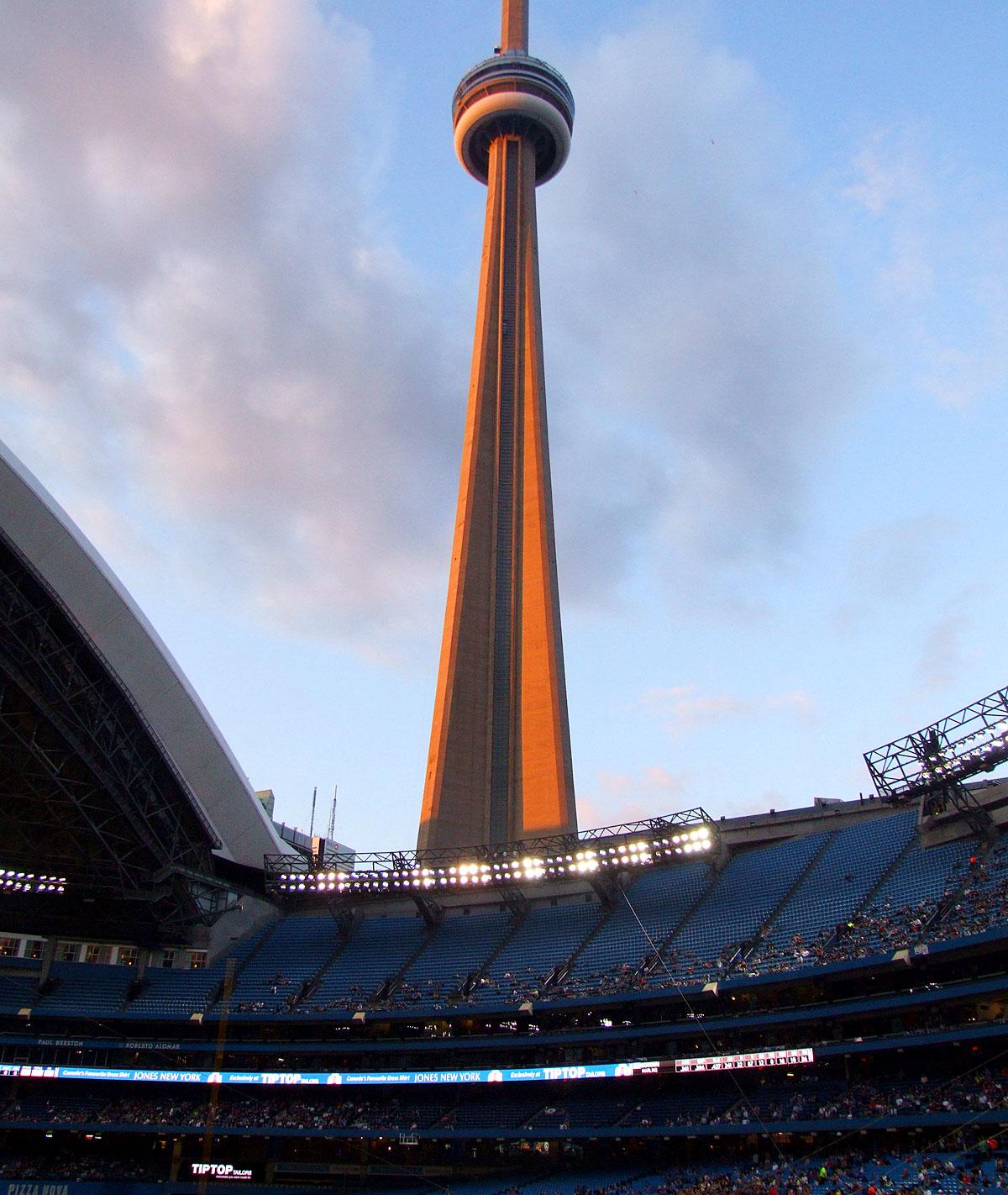 De CN Tower gezien vanuit het Rogers Centre
