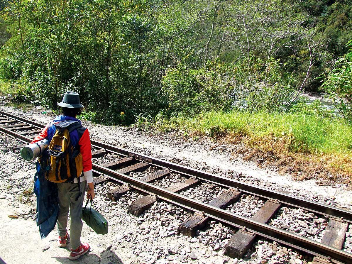 Een Peruaan langs het spoor