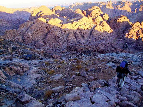 Klimmen naar de top van de Mozesberg in de Egyptische Sinaï