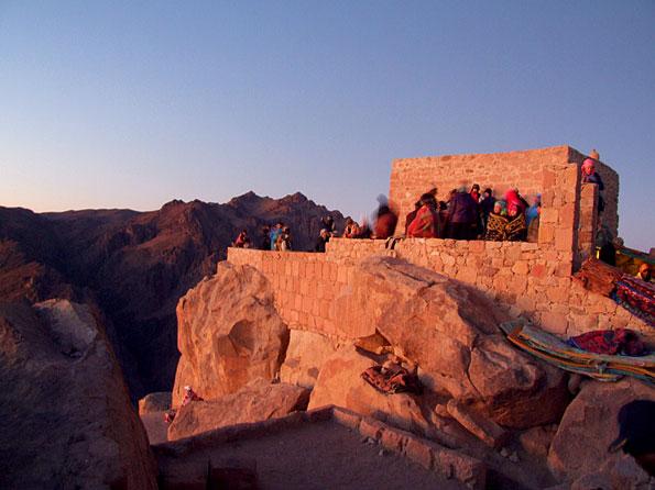 Het kerkje op de top van de Mozesberg in de Sinaï woestijn in Egypte