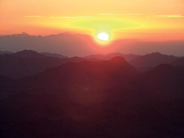 De zon komt op in de Sinaï