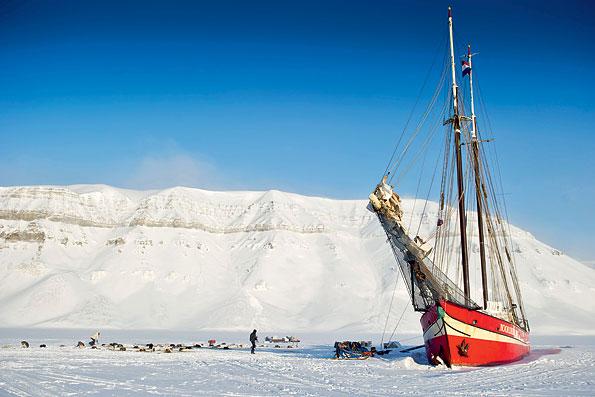 Een ingevroren schip op Spitsbergen